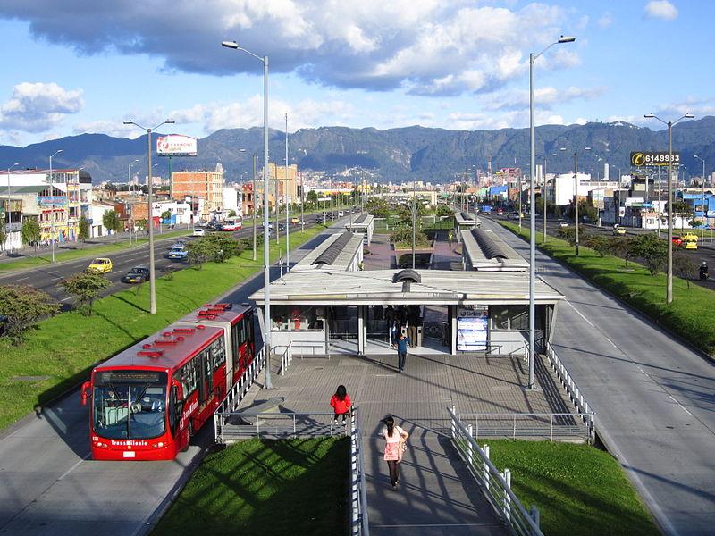 Haltestelle Estación Mundo Aventura mit Gelenkbus und exklusiven Fahrspuren
